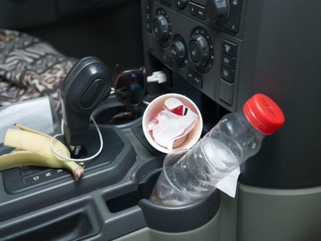 สาเหตุของกลิ่นในรถ
