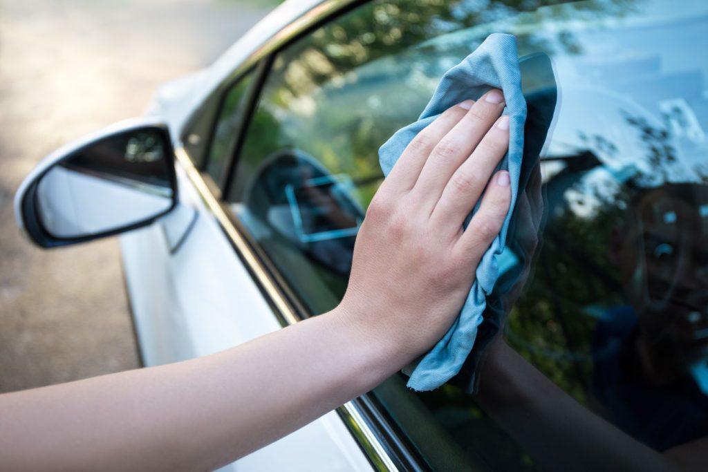 ทำความสะอาดกระจกรถยนต์